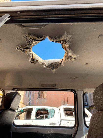 Daños a un vehículo privado a causa de una submunición M095 de doble propósito, que produce un chorro de metal fundido destinado a destruir vehículos y otros materiales  © 2020 Human Rights Watch