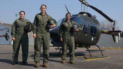 Las oficiales del Ejército, Natalia Cabistáñ y Roxana Humano, y la teniente Amparo Fernández, de la Fuerza Aérea. Foto: Fernando Calzada.