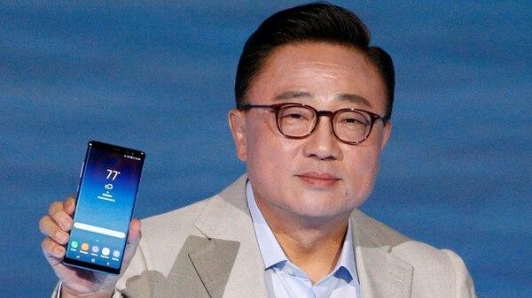 Koh Dong Jin, presidente de Samsung con el Galaxy Note 8. La surcoreana lidera la venta de smartphones a nivel mundial
