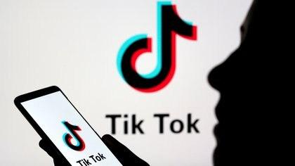 Una persona con un smartphone y el logo de Tik Tok (REUTERS/Dado Ruvic/Illustration/archivo)