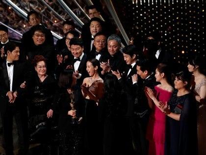 """El elenco de la película """"Parasite"""", la gran ganadora de los últimos premios Oscar (Reuters)"""