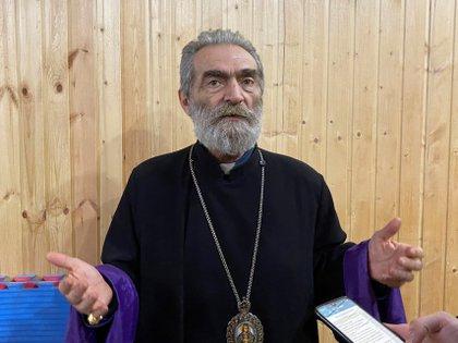 """El arzobispo de Nagorno Karabaj, Parguev Martirosián, durante la entrevista que ha concedido a EFE. Nunca fue un conflicto religioso"""", asegura Martirosián. Con todo, el bombardeo de la principal catedral de Shushá, donde también existe una mezquita, ha despertado los odios más atávicos entre armenios y azerbaiyanos. EFE/ Pablo González"""