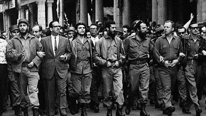 Fidel Castro del brazo con Manuel Urrutia, junto al Che y otros líderes. Una imagen de pluralismo que pronto se diluirá