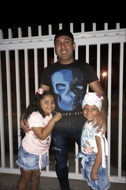 José Hernández con Salomé, su hija de crianza y Saray, su hija biológica.