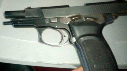 La pistola reglamentaria de Juan Pablo Roldán.