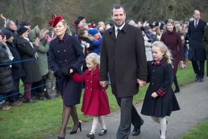Autumn y Peter Phillips con sus hijas Isla y Savannah en la Navidad de 2017 (Shutterstock)