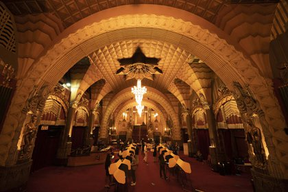 Ciudadanos votando en el teatro Pantages de  Hollywood, en Los Angeles, California. (AP)