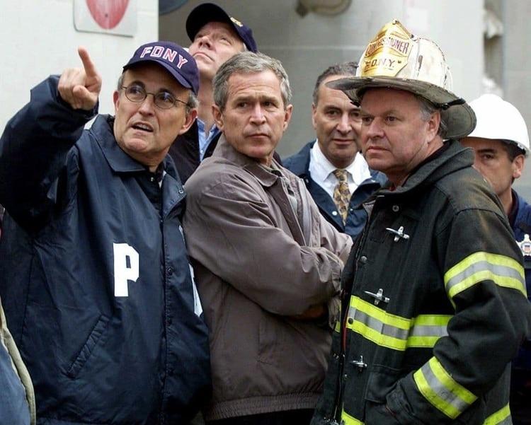 El alcalde de Nueva York, Rudolph W. Giuliani junto al presidente George W. Bush visitando la zona cero del 11-S (Doug Mills/AP)