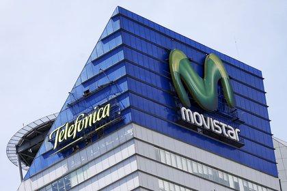 Logos for Telefónica y Movistar (REUTERS/Edgard Garrido/File Photo)