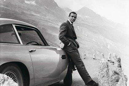 James Bond junto a su Aston Martin