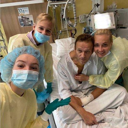 El opositor ruso rodeado en su familia en el hospital de Berlín tras su envenenamiento. (EFE/EPA/ALEXEI NAVALNY)
