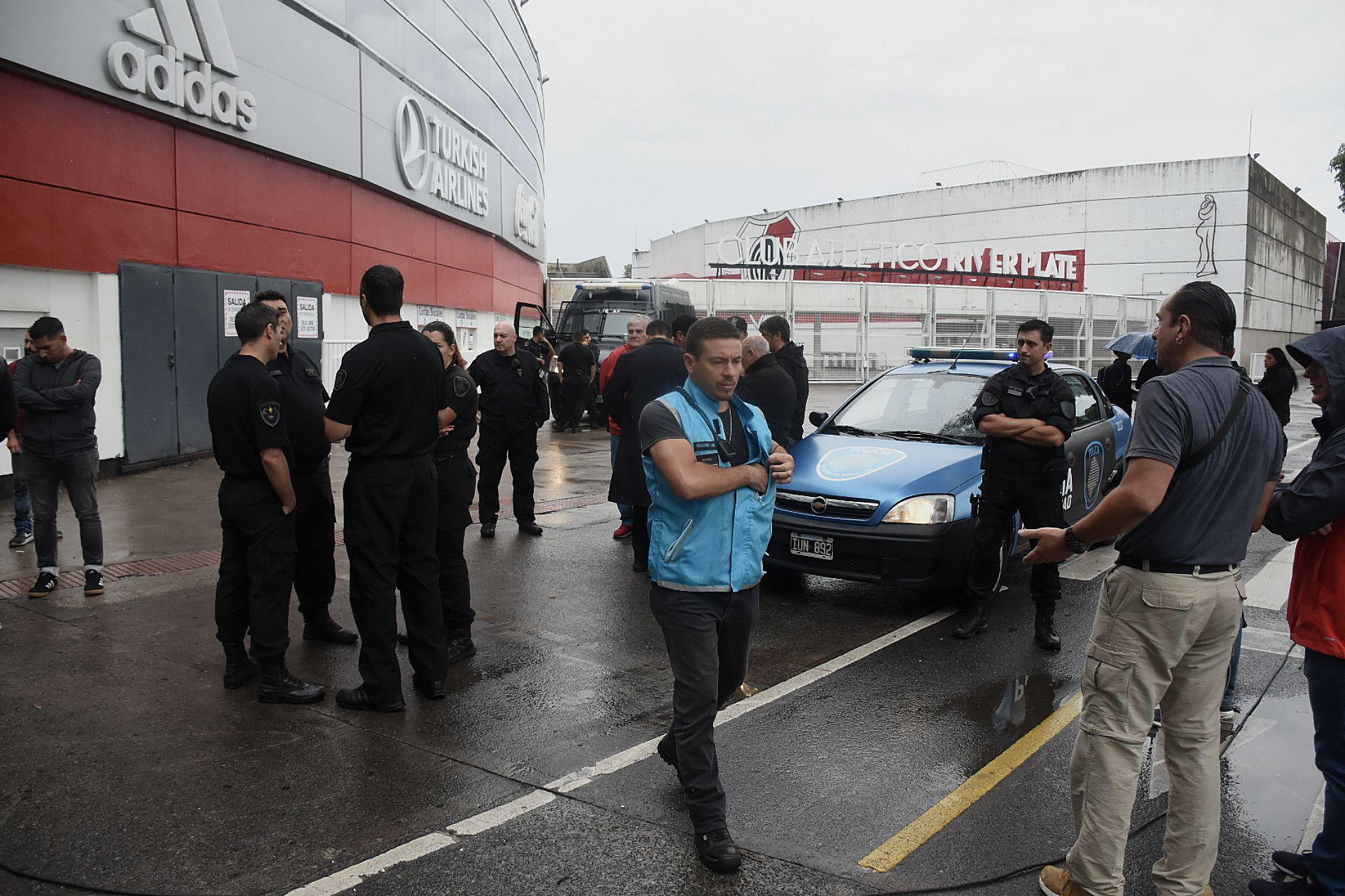Todos los que llegaron al Estadio Monumental debieron quedarse del lado de afuera (Foto: Nicolás Stulberg)
