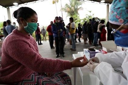 Juliana Cabral, de 22 años, se somete a la prueba de la enfermedad coronavirus (COVID-19) por el Instituto Butantan en Quilombo Peropava, una comunidad afrodescendiente, establecida por primera vez por esclavos fugados, en Registro, estado de Sao Paulo, Brasil, el 29 de julio de 2020. (Reuters)