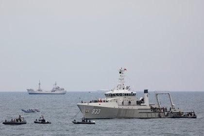 Buque de guerra naval indonesio y botes de goma durante la operación de búsqueda y rescate del vuelo SJ 182 de Sriwijaya Air, en el mar frente a la costa de Yakarta, Indonesia. REUTERS/Willy Kurniawan