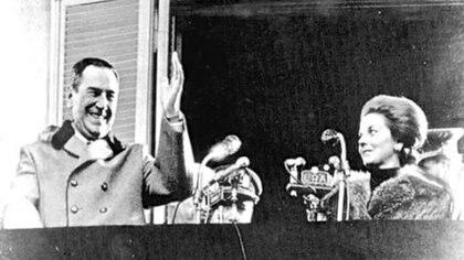 """Juan Domingo Perón e Isabel en el último discurso. Allí, molesto, trató a los militantes montoneros de """"idiotas útiles"""" y """"estúpidos e imberbes"""""""