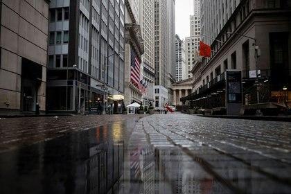 Una vista de Broad Street casi desierta y de la Bolsa de Nueva York, en el distrito financiero del bajo Manhattan en Nueva York. 3 de abril de 2020. REUTERS/Mike Segar