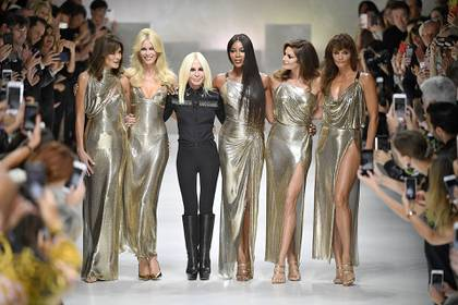 Junto a las tops models de los 90 y a Donatella Versace (Photo by Jonas Gustavsson/Sipa USA)