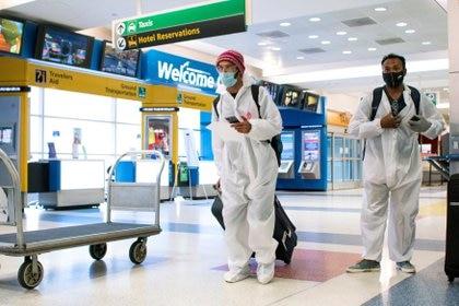 Pasajeros llegan en un vuelo desde Londres en medio de nuevas restricciones para prevenir la propagación del coronavirus (COVID-19) en el Aeropuerto Internacional JFK en la ciudad de Nueva York (Reuters)