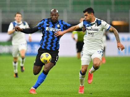 Romero marca a Lukaku, en un duelo ante el Inter de Milán (REUTERS/Daniele Mascolo)