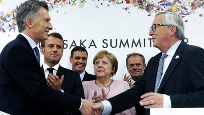 Mauricio Macri es felicitado en la Cumbre del G20 de Osaka, tras anunciar el acuerdo político Mercosur-Unión Europea. (Foto: NA)