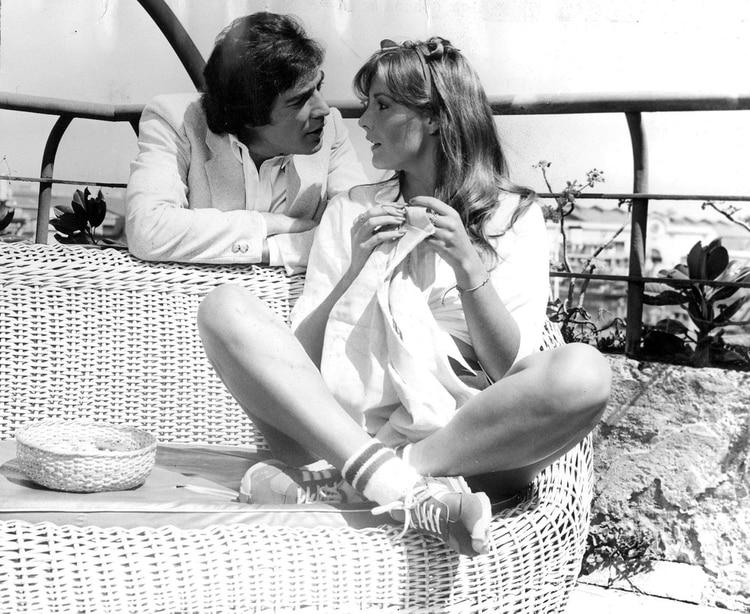 Cacho y Mónica Gonzaga, protagonistas de la película 'Ritmo, amor y primavera' (1981), dirigida por Enrique Carreras.