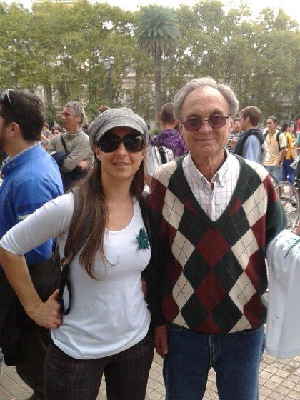 Gretel y su padre, Alcides, en una marcha por la despenalización de la marihuana en Rosario