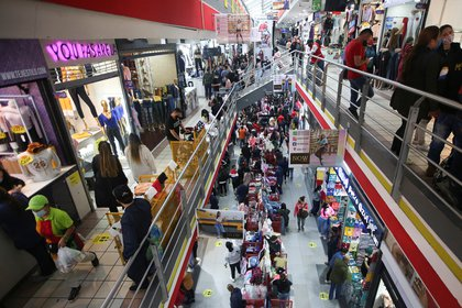People wearing face masks shop in the commercial sector of San Victorino during the Christmas sales season as the coronavirus disease (COVID-19) outbreak continues in Bogota, Colombia December 5, 2020. Picture taken December 5, 2020. REUTERS/Luisa Gonzalez