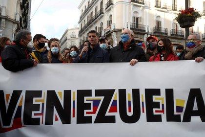 El opositor Leopoldo López (c) interviene durante la caminata de apoyo de los venezolanos en Madrid a la consulta popular en Venezuela, que ha transcurrido este domingo desde la Puerta de Alcalá hasta Sol. EFE/Mariscal