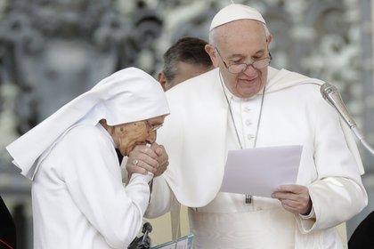 Sor María Concetta Esu le besa la mano al papa Francisco en la Plaza San Pedro. (AP Photo/Andrew Medichini)