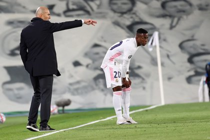 El entrenador del Real Madrid, Zinedine Zidane, da instrucciones a Vinicius Junior (EFE/JuanJo Martín).