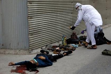 Una de las víctimas en el lugar del ataque. REUTERS/Akhtar Soomro