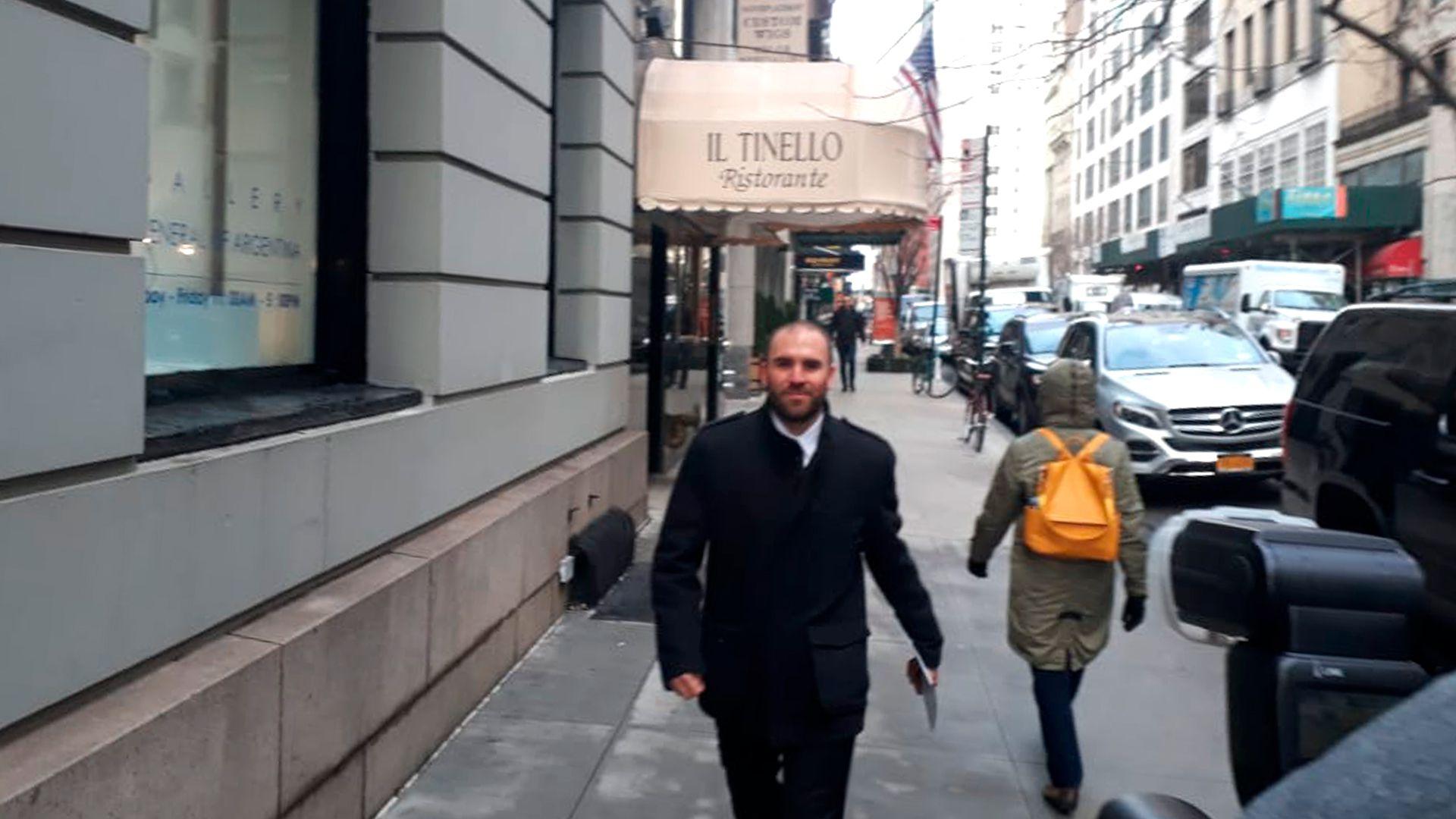 Guzmán llegando al Consulado argentino de Nueva York en 2020