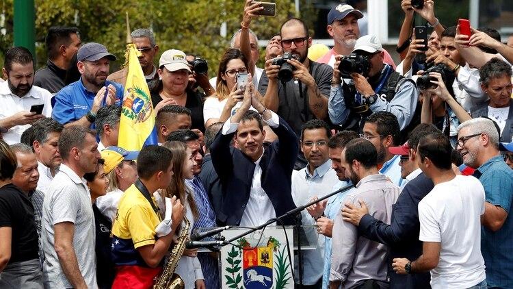 El líder de la oposición venezolana Juan Guaido, a quien muchas naciones han reconocido como el legítimo gobernante interino del país,ante una multitud en Caracas (Reuters)