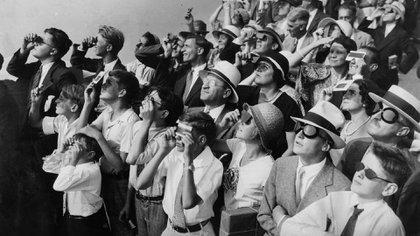 Una multitud se reúne en la cima del Empire State Building para ver cómo el sol desaparece detrás de la luna durante el eclipse solar en Nueva York el 31 de agosto de 1932 (The New York Times)