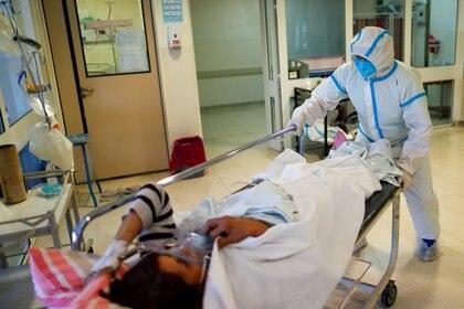 Un enfermero traslada a un paciente con coronavirus en el Hospital Dr. Alberto Antranik Eurnekian en Ezeiza. REUTERS/Agustin Marcarian