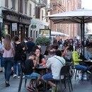 Roma vuelve a la normalidad tras el brote de coronavirus. La gente en las calles y unas pocas mascarillas en los tradicionales cafés romanos (EFE)