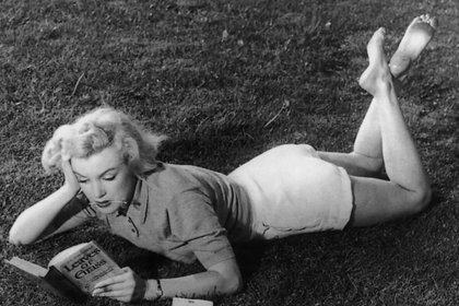 """Marilyn Monroe leyendo el libro """"Hojas de Hierba"""", 1951"""