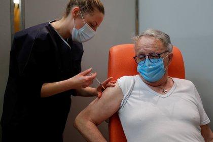 Hasta ahora, los adultos mayores han estado recibiendo dosis de Pfizer-BioNTech (Reuters)