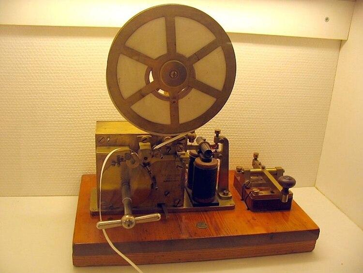 A través de una máquina de estas características se podían enviar mensajes en código Morse a través de Estados Unidos y Europa