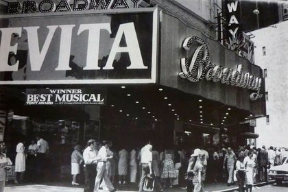 Famosa en el mundo entero, la vida de Eva ya tiene una exitosa comedia musical estrenada en Broadway y Londres, un film protagonizado por Madonna y una teleserie encabezada por Faye Dunaway