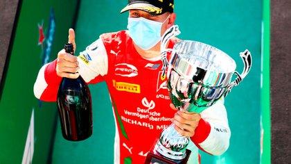 El festejo de Schumacher en su triunfo en Monza (Prensa Fórmula 2).