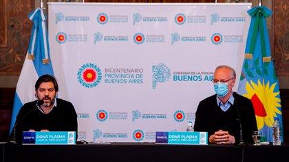 Daniel Gollan -con barbijo- habla en una conferencia de prensa junto a Carlos Bianco, jefe de la provincia de Buenos Aires