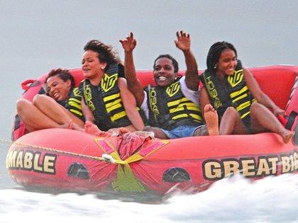 Amor y diversión. Por estos días, Rihanna se encuentra en su país natal, Barbados. Allí celebró la Navidad y el Año Nuevo junto a su familia y amigos íntimos, con quienes también disfrutó de una tarde de deportes acuáticos. Además, presentó a su nuevo novio