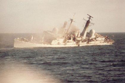 El hundimiento del Coventry. Desde allí se disparó el misil Sea Dart contra el helicóptero argentino