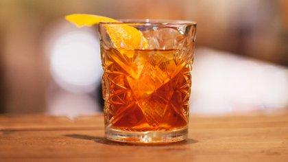 El gin es el ingrediente principal de este trago (Getty)