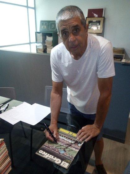 Chupete Guerini firma una tapa de la revista El Gráfico que lo tuvo de protagonista. (Archivo Gustavo Farías)