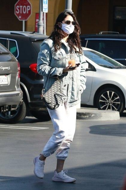 Eiza González se fue a hacer las manos a un salón de belleza en Studio City, California. La actriz lució unas zapatillas blancas, pantalón de jogging blanco, campera de jean y tapabocas. Además, llevó un vaso de jugo de naranja