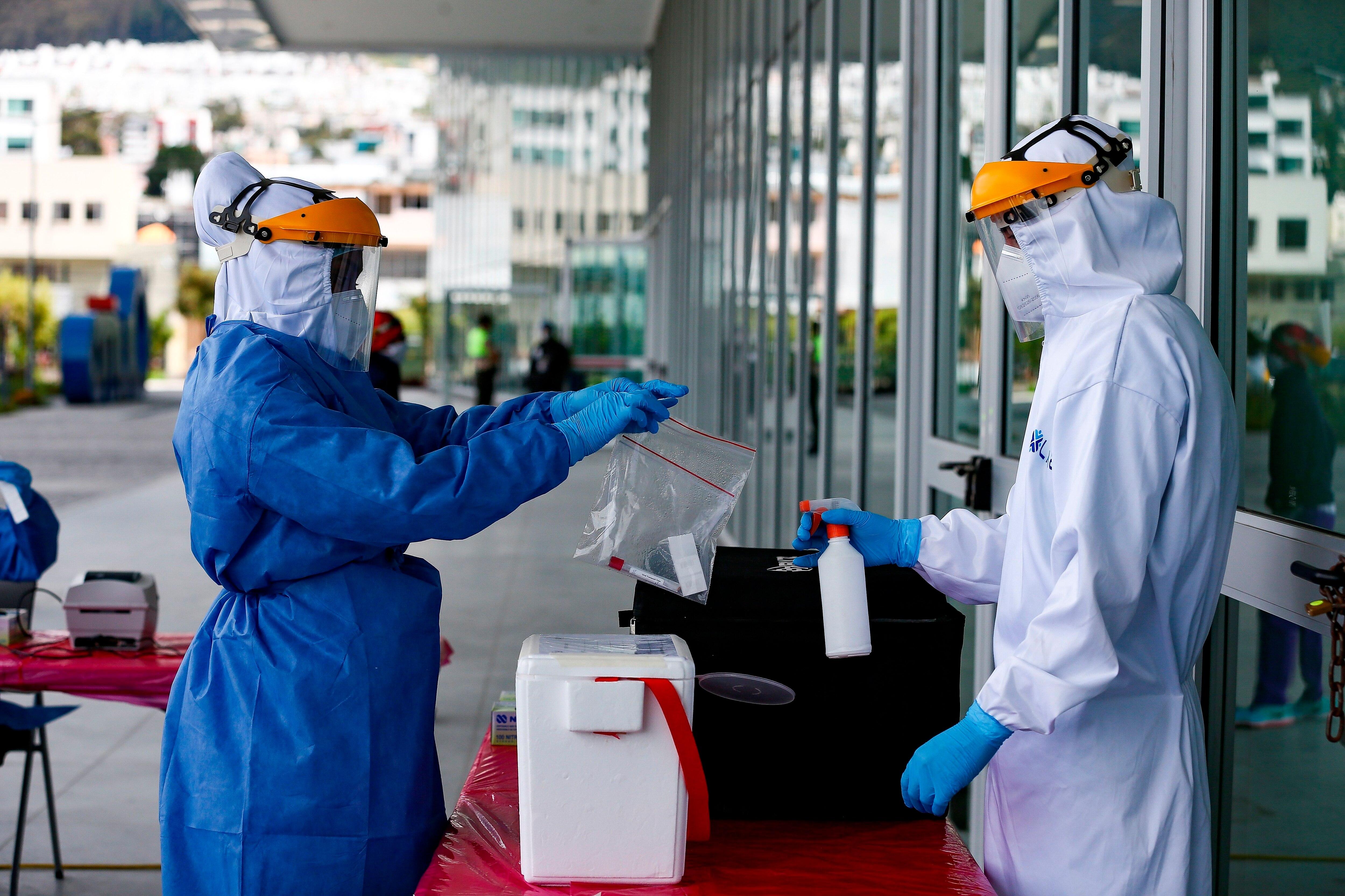 En Perú, la variante ahora llamada Lambda fue detectada en más del 80% de los casos de COVID-19 en Lima en mayo / EFE/José Jácome/Archivo