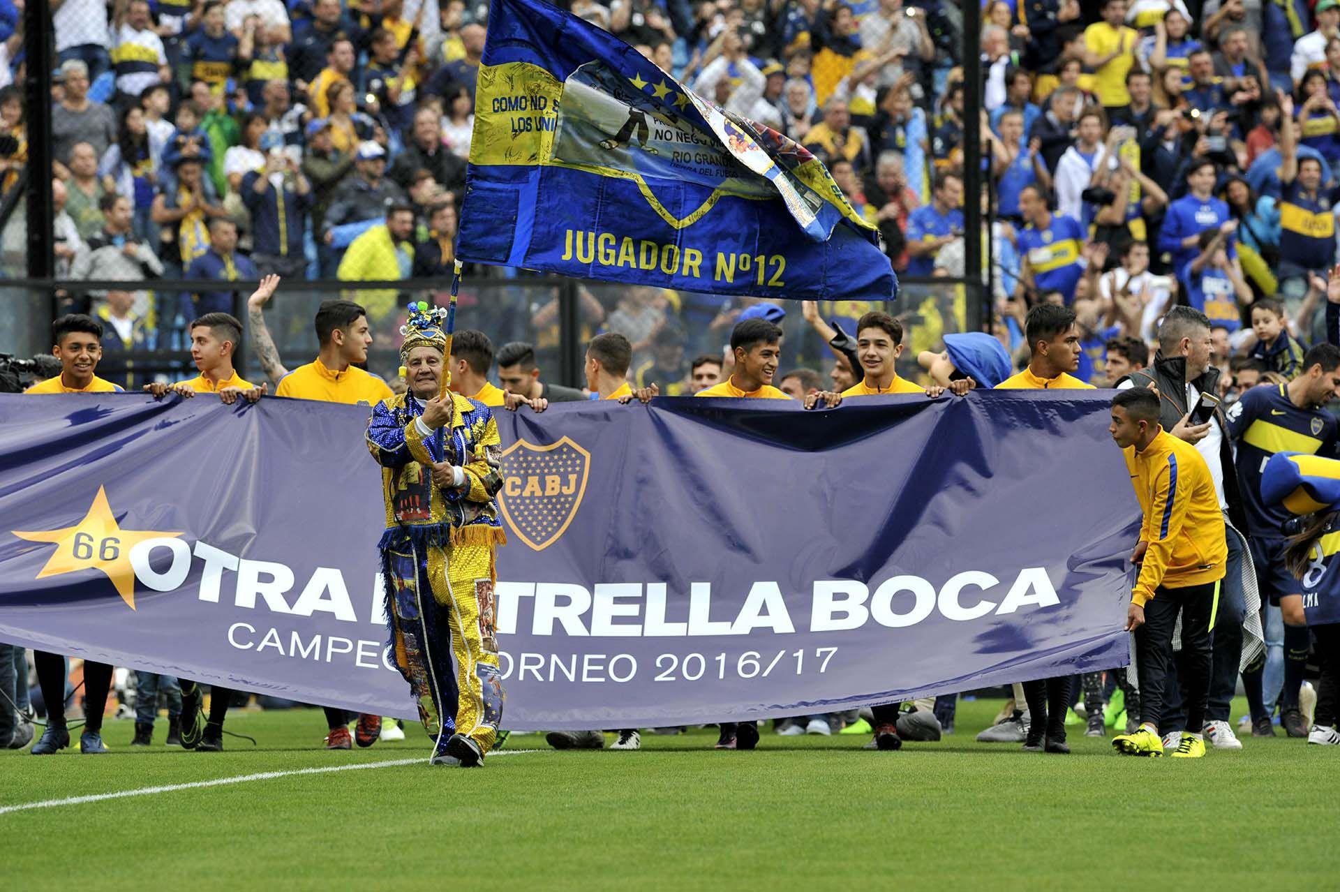 El Loco Banderita solía hacer su show a la salida del equipo en la Bombonera (Télam - Alejandro Santa Cruz/jr)