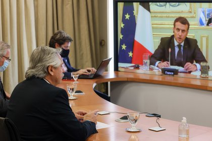 Alberto Fernández talks with Emmanuel Macron from the Quinta de Olivos